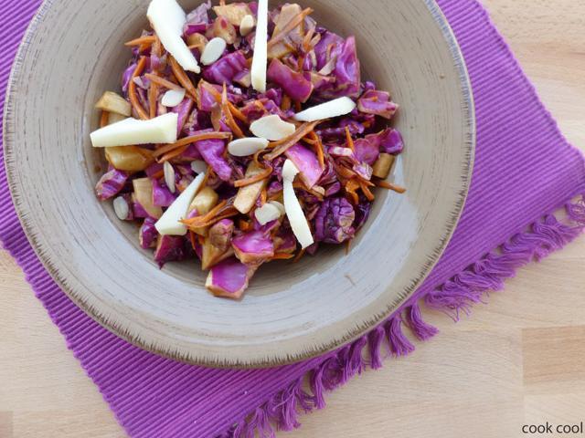 Σαλάτα με κόκκινο λάχανο, καρότο, ξινόμηλο και αμύγδαλα